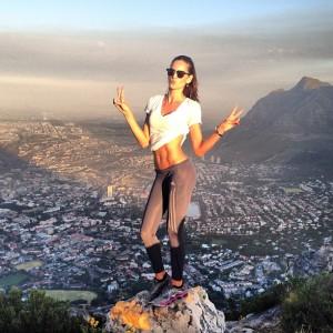 Izabel Goulart faz a aventureira em temporada na Cidade do Cabo