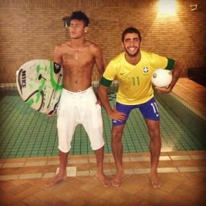 Neymar e Pedro Scooby trocam de papeis por um momento