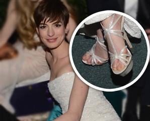 """Anne Hathaway usa sapatos """"vegan"""" no Globo de Ouro. Entenda"""