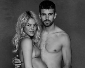 Shakira posa de biquíni e exibe gravidez de oito meses