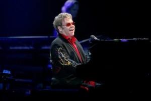 Elton John se apresenta para 15 mil pessoas em estrutura inédita
