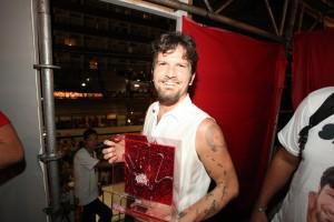 Saulo Fernandes recebe prêmio de melhor cantor deste Carnaval