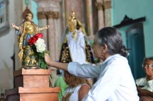 Maria Bethânia enfeita o andor de Santa Bárbara para procissão