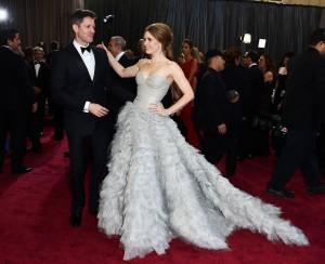 Vestidos com cauda roubam a cena no tapete vermelho do Oscar