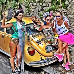 Uma turma de glamurettes acordou bem cedo para curtir certo bloco no Rio