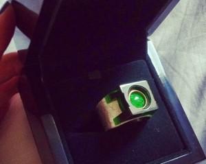 Dani Calabresa mostra seu inusitado anel de noivado no Instagram