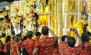 Começa o desfile das campeãs na Sapucaí. Vem gente!
