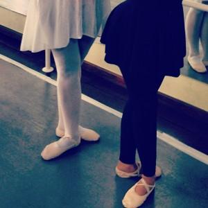 Duas globettes juntas logo de manhã na aula de balé. Descubra aqui!