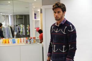 Flagra! Pablo Morais em SP posando para lookbook de Sergio K