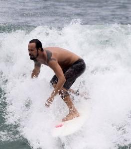 Paulinho Vilhena e suas tatuagens no mar do Recreio. Vem ver