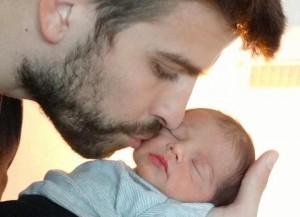 Shakira divulga primeira foto do rosto de seu filho.  Vem ver!