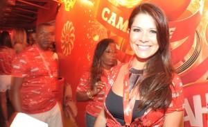 Grávida, Samara Felippo aparece de barriguinha de fora na Sapucaí