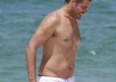 Thiago Lacerda na praia: e quem disse que galã tem que ter tanquinho?