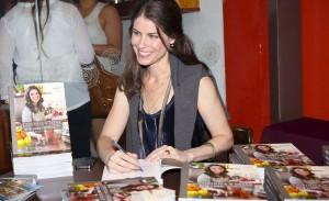 Rita Lobo autografa livro na Cau Chocolates dos Jardins