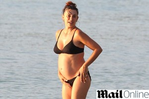 Penélope Cruz exibe gravidez durante suas férias em Barbados