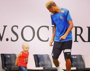 Neymar já está ensinando o filho de 1 ano e meio a jogar futebol
