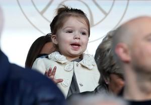 Fã nº 1: Harper Beckham torce e vibra pelo pai em estádio de futebol