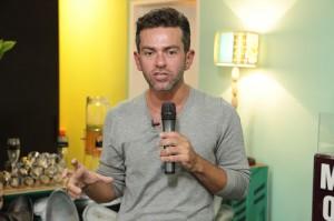 Rosman Braz dá dicas de maquiagem no Lado B, na Casa Glamurama