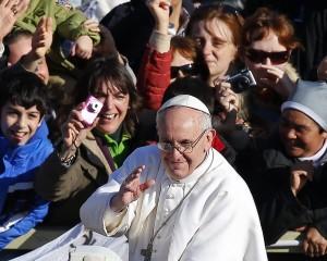 Em poucos dias à frente dos católicos, Francisco é só popularidade