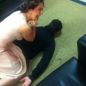 Claudia Raia, de bobes no cabelo, deixa colega de cara no chão