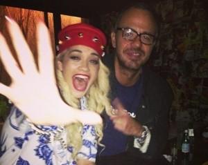 Rita Ora na noite paulistana entre coxinhas e cachaça. Aos detalhes
