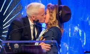 Madonna se veste de escoteiro e ganha beijo na boca durante prêmio