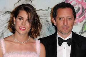 Charlotte Casiraghi assume namoro com ator durante baile em Mônaco