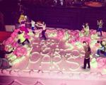 Paris Hilton ganha bolo de aniversário com cena que ela conhece bem…