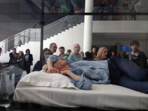 Tilda Swinton dorme em uma caixa de vidro no MoMA. Saiba tudo