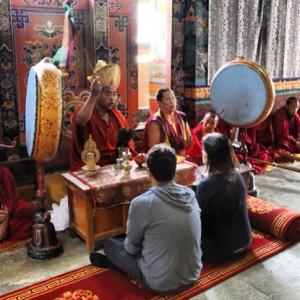 Vik Muniz comemora aniversário da mulher no Butão com foto sugestiva