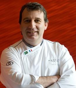 Chef do Sofitel ensina culinária para crianças do Complexo do Alemão