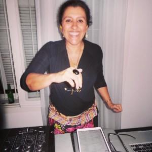 Regina Casé vira DJ em aniversário da sobrinha. Quer ver?