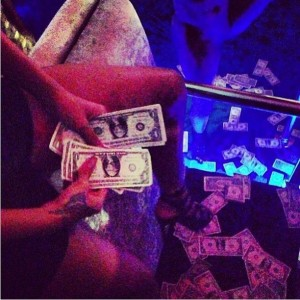 Quem quer dinheiro? Rihanna aparece jogando dinheiro no ar