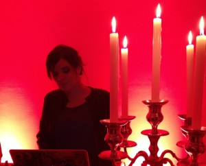 DJ Dani Arrais comanda as pick ups de evento da Claro na Casa Glamurama