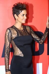 Halle Berry mostra silhueta de grávida em pretinho nada básico no Rio
