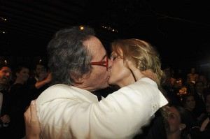 Que flagra! O beijão de Kate Moss em Luiz Osvaldo Pastore no amfAR
