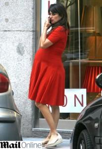 Prestes a dar à luz, Penélope Cruz exibe a gravidez em Madri
