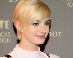 Anne Hathaway está colocando à prova seu novo look platinado