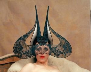 Ícone da moda nos anos 90, Isabella Blow ganha exposição em Londres