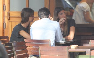 Bianca Brandolini almoça com amigos em restô natureba no Rio. Ao flagra!