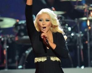 Christina Aguilera volta à antiga forma e a bordo de micro vestido