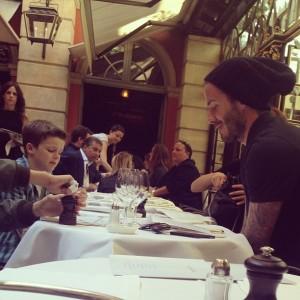 Família Beckham: frisson na rua e almoço tranquilo em Paris. Ao flagra!