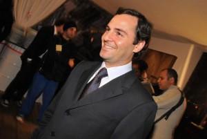 Fabiano Al Makul arma cocktail para inaugurar exposição de fotos