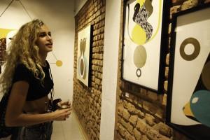 Alice Dellal vive seu momento tiete. O ídolo? Um artista carioca…