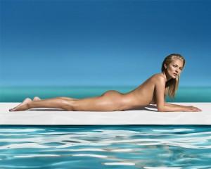 Olha o avião! Kate Moss posa nua e sem marca de biquíni para campanha