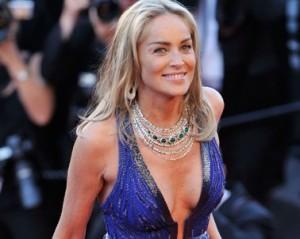 Entre decote e pernas de fora, Sharon Stone rouba a cena em Cannes