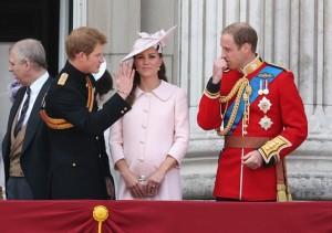Prestes a dar à luz, Kate Middleton marca presença no aniversário da rainha