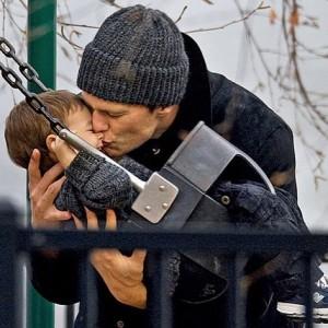 No Dia dos Pais norte-americano, Gisele se derrete para Tom Brady