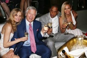 Beyoncé divide mesa com ricaços em festa armada por Jay-Z em NY