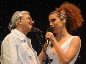 Caetano e Vanessa da Mata cantam Tom Jobim em Ipanema. Na plateia…
